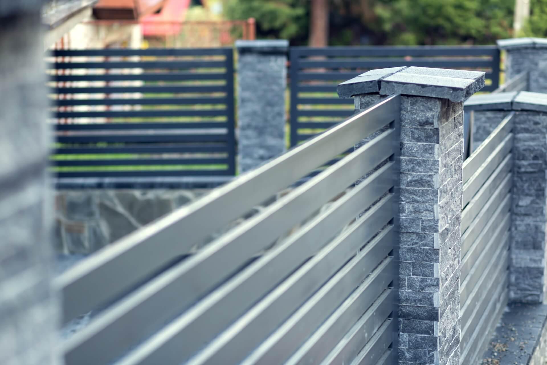 Siatka ogrodzeniowa – budowa ogrodzenia domu
